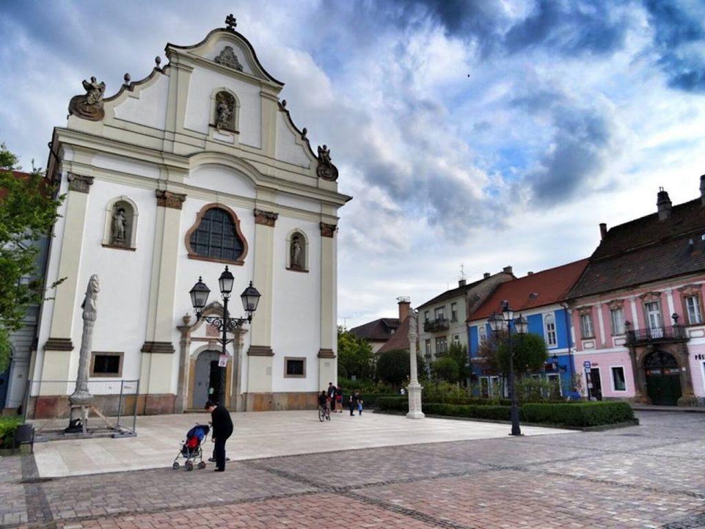 Hogyan közelítsék meg a templom bejáratot az idősek?